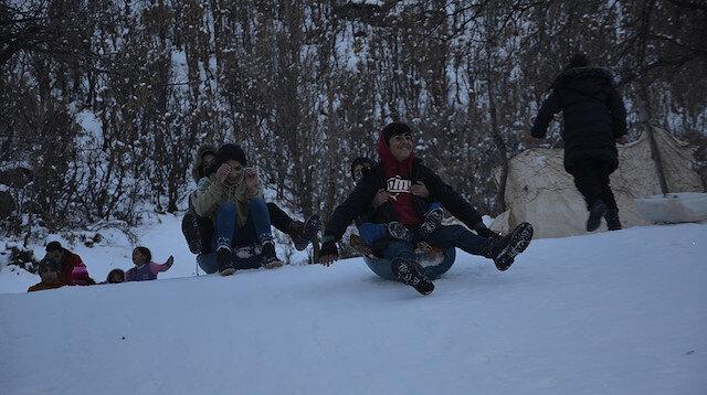 Şırnaklı çocukların leğen ve lastikli kar keyfi