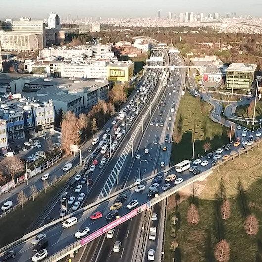 İstanbulda yeni yıla saatler kala metrobüs ve trafikte yoğunluk yaşanıyor