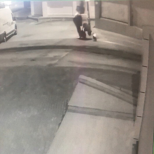Genç kuryenin, elektrikli bisikletiyle takla attığı anlar kamerada