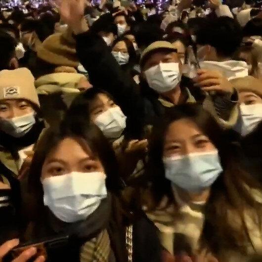 Koronavirüsün ilk ortaya çıktığı Wuhanda binlerce kişi kent merkezinde toplandı