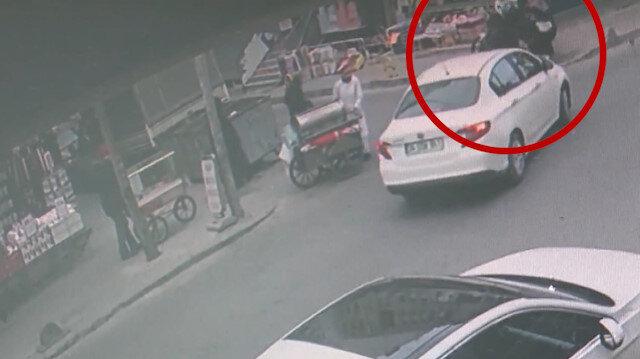 Küçükçekmece'de motosiklet önce otomobile ardından kaldırımdaki kadına çarptı