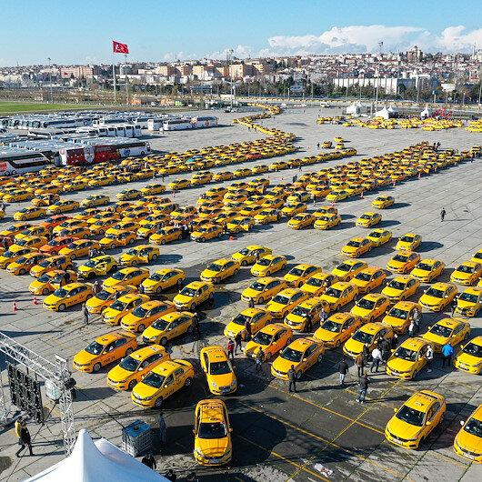 Taksiciler yeni tarife güncellemesi için Yenikapıya akın etti: Kilometrelerce kuyruk havadan görüntülendi