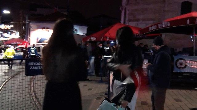 İranlı kadın turist İstiklal Caddesi'ne giremeyince basın mensubunun mikrofonunu fırlattı