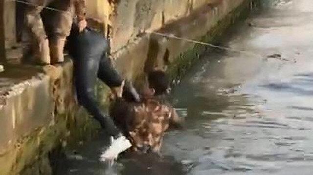Özel Harekat polisi Ortaköy Sahili'nde denize düşen turisti kurtardı