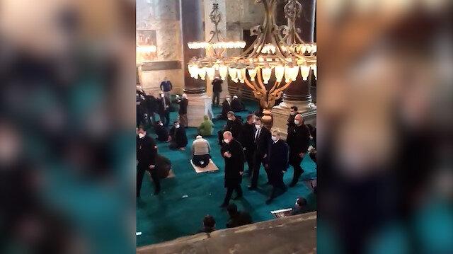 Cuma namazında Cumhurbaşkanı Erdoğan'ı gören Ayasofya Camisi cemaati onu tekbirlerle karşıladı
