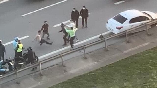 TEM Otoyolu'nda yol kavgası: Tek yumrukla yere serildi