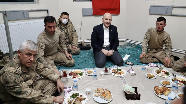 Bakan Soylu'nun Van'da askerlerle yer sofrası Cumhuriyet'i rahatsız etti: Neden yer sofrası?