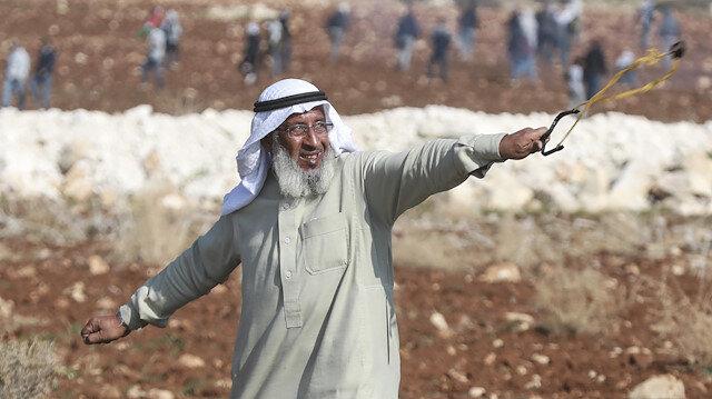 Filistin'in ihtiyar delikanlısı sapanıyla İsrail askerlerine karşı direniyor
