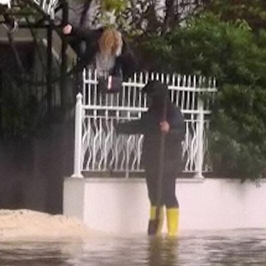 Antalyada evinin yolu suyla dolan kadın evine demir parmaklıklardan atlayarak girdi
