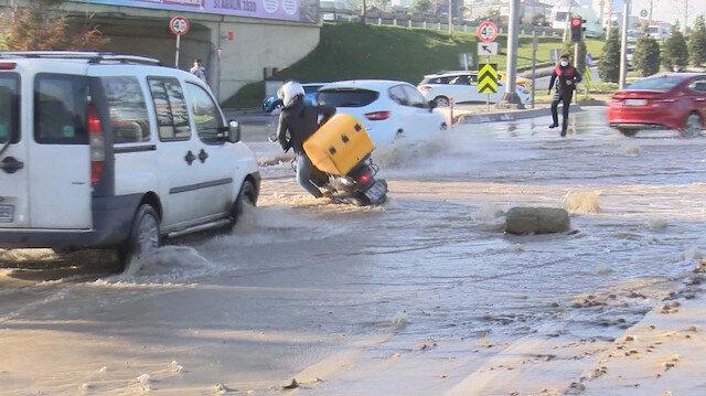 Bağcılar'da su borusu patladı: Sele kapılan motosikletlinin düşme anı kamerada
