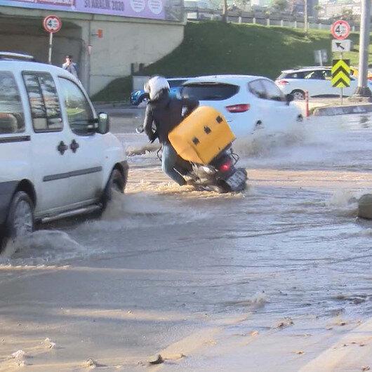 Bağcılarda su borusu patladı: Sele kapılan motosikletlinin düşme anı kamerada