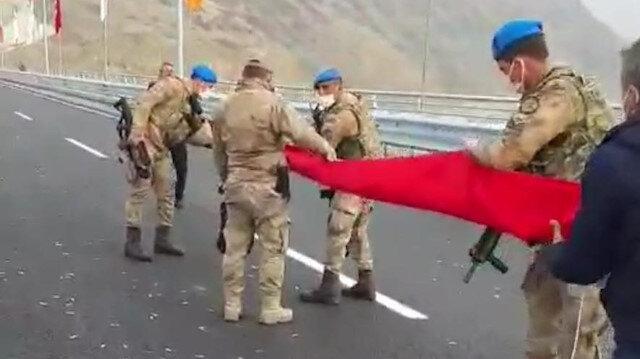 Mehmetçikten bayrak hassasiyeti: Yere değmesine izin vermediler