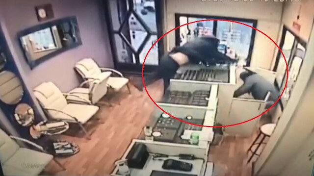 Ankara'da biber gazı ve beyzbol sopalı soygun girişimi kamerada