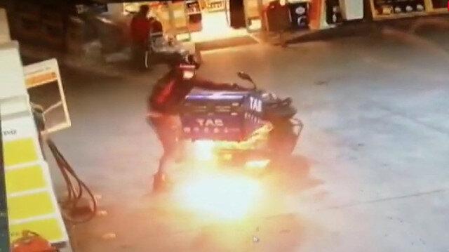 Yakıt alırken alev alan motosikletin sürücüsünün yaşadığı panik kamerada