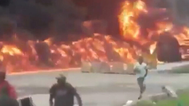 Nijerya'da petrol taşıyan tankerin patlamasıyla ortalık savaş alanına döndü