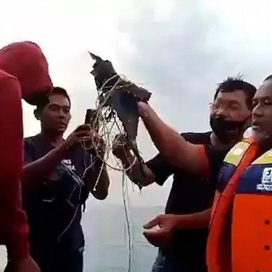 Endonezyada kalktıktan 4 dakika sonra düştüğü tahmin edilen uçağa ait parçalar bulundu