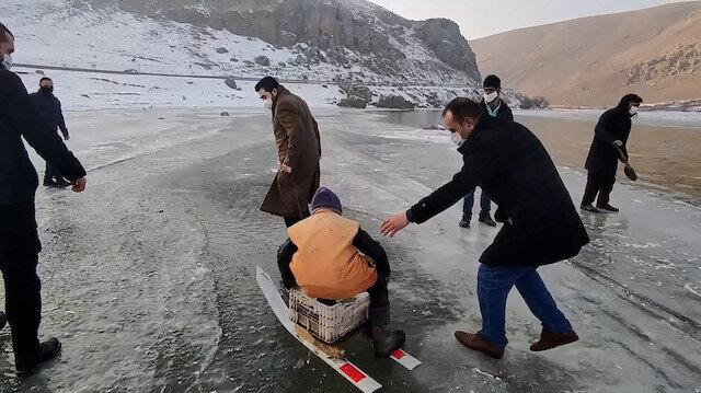 Ağrı Belediye Başkanı Sayan, buzla kaplanan Murat Nehri'nde balık tutan köylülere eşlik etti