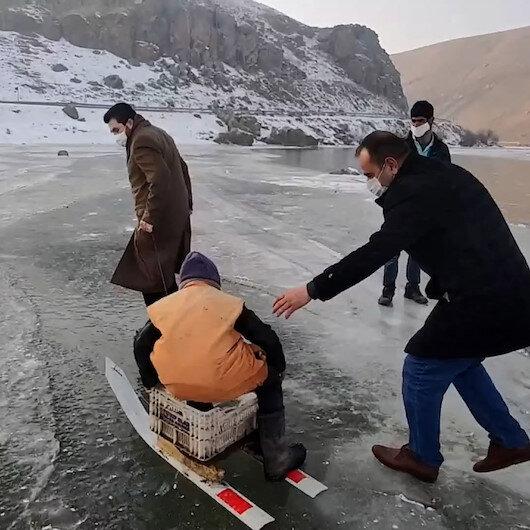 Ağrı Belediye Başkanı Sayan, buzla kaplanan Murat Nehrinde balık tutan köylülere eşlik etti