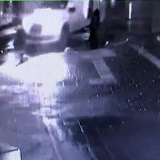 Bahçelievler'de ticari taksi sürücüsü park halindeki araca çarpıp kaçtı