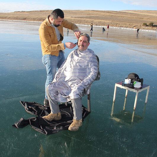 Yüzeyi buz tutan Çıldır Gölünde saç sakal tıraşı