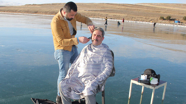 Yüzeyi buz tutan Çıldır Gölü'nde saç sakal tıraşı