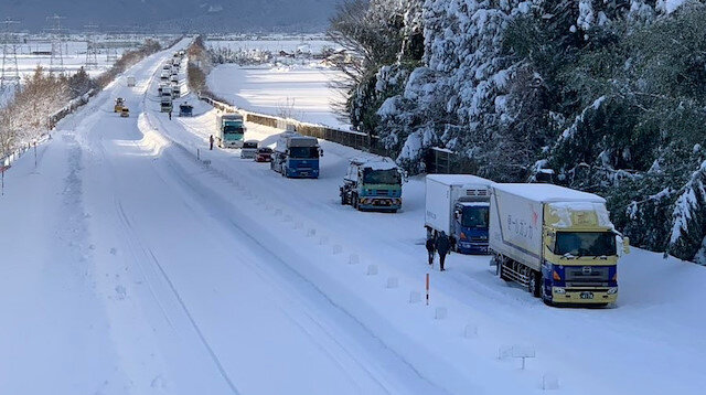 Japonya'da kar yağışı nedeniyle yüzlerce araç yolda kaldı