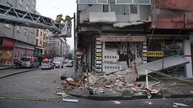 Sultangazi'de 5 katlı binanın birinci katındaki balkon çöktü