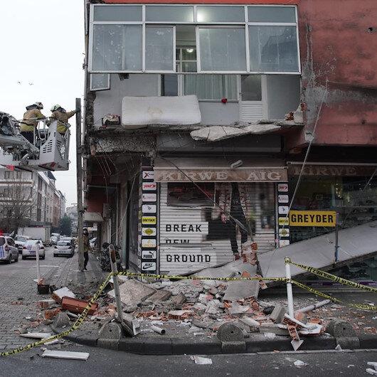Sultangazide 5 katlı binanın birinci katındaki balkon çöktü