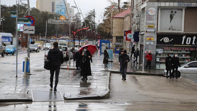 Erzurum'da sağanak: Çatılardaki buz sarkıtlarını eritti
