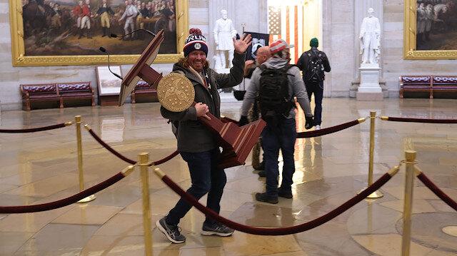 ABD kongre baskınında kürsüyü çalan gösterici kefaletle serbest