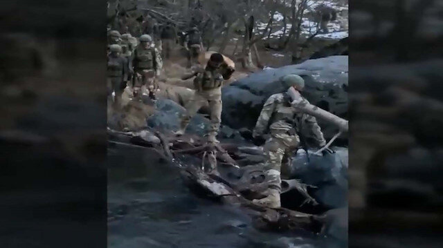 Mehmetçik merhameti: Nehirden karşıya geçerken köpeğini omzunda taşıdı