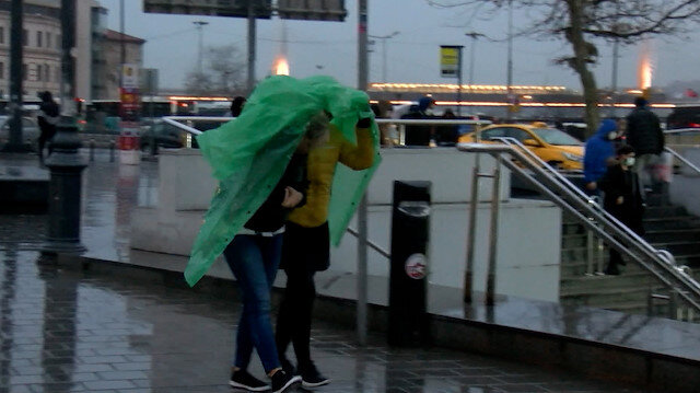 İstanbul'da yağış için sarı uyarı verildi: Vatandaşlar yağmura hazırlıksız yakalandı