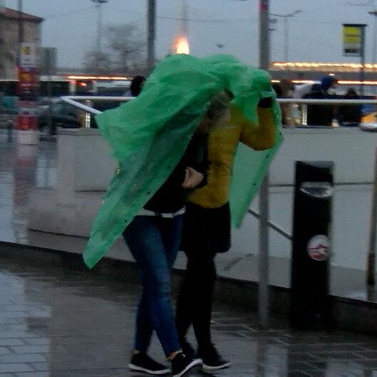 İstanbulda yağış için sarı uyarı verildi: Vatandaşlar yağmura hazırlıksız yakalandı