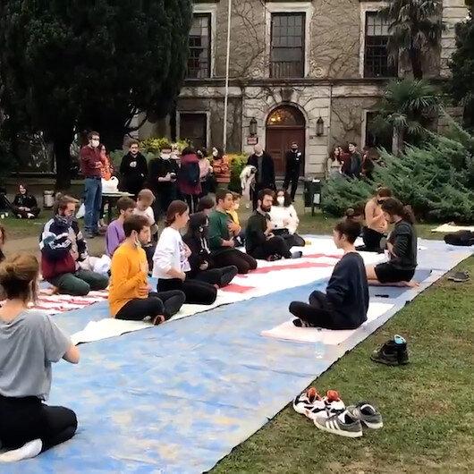 Boğaziçi Üniversitesinde bir grup öğrenci Prof. Dr. Melih Buluyu protesto etmek için yoga yaptı