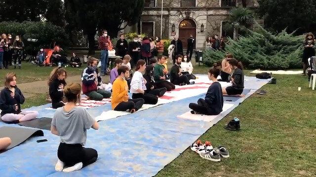 Boğaziçi Üniversitesinde bir grup öğrenci Prof. Dr. Melih Bulu'yu protesto etmek için yoga yaptı