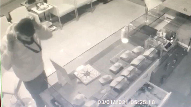 Çuvalla kuyumcu dükkanına gelen hırsızlar iki bilezik alıp gittiler