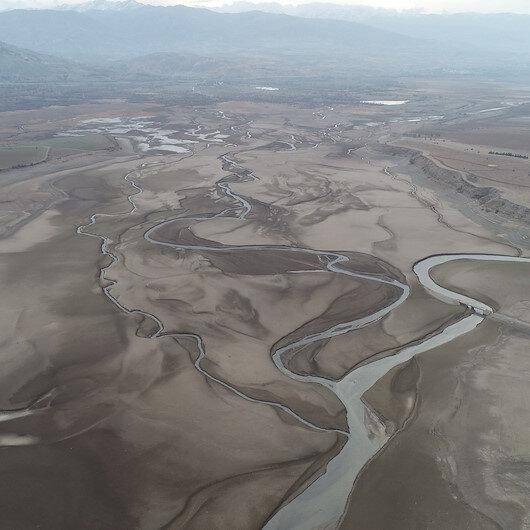 Sivasta ürküten görüntü: Barajdan geriye nehir yatağı kaldı