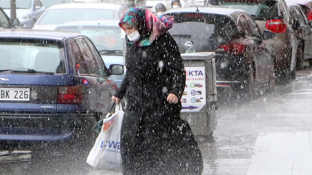 """Kar beklerken yağmura yakalanan Erzurumlu şaşkın: """"Başımıza taş yağmasın ne yağarsa yağsın"""""""