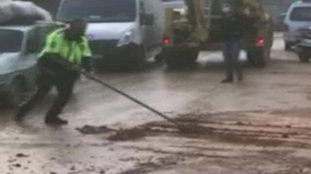 İzmir'de sel sonrası yolda biriken çamuru polis memuru böyle temizledi