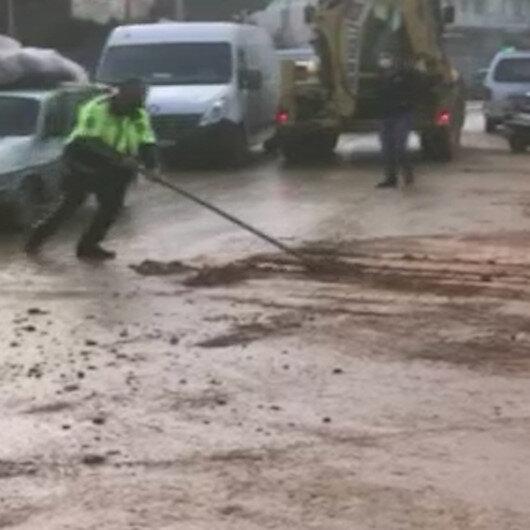 İzmirde sel sonrası yolda biriken çamuru polis memuru böyle temizledi