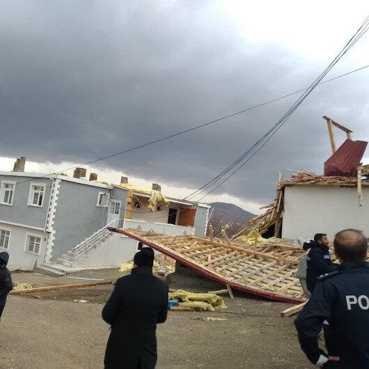 Erzincanda fırtına çatıları uçurdu