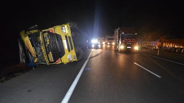 Afyonkarahisar'da 80 km hızla esen rüzgar beton direkleri yıkıp araçları devirdi