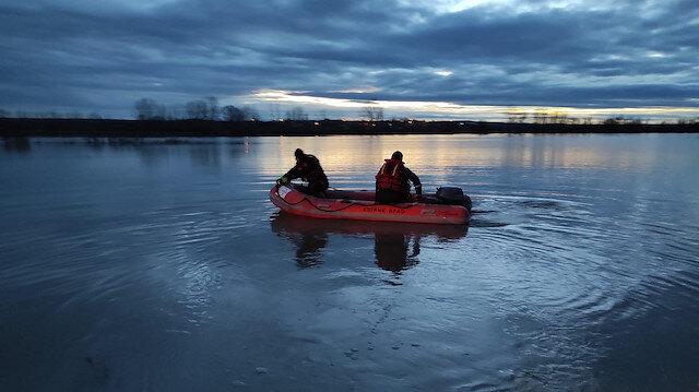 Aracıyla nehirden taşan suların ortasında kalan kişiyi AFAD kurtardı
