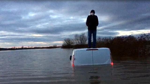 Tunca Nehri taşınca minibüsünün üzerinde çıktı: Bir buçuk saat kurtarılmayı bekledi