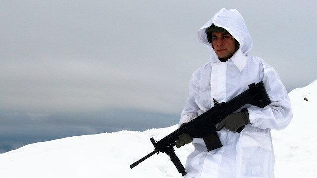 Mehmetçiğin kar mesaisi: Üs bölgelerinde hava sıcaklığı eksi 10'un altına kar bir buçuk metre