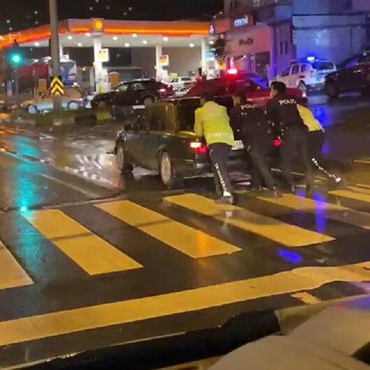 Zonguldakta trafik polisleri yolda kalan otomobili iterek sürücüye yardım etti