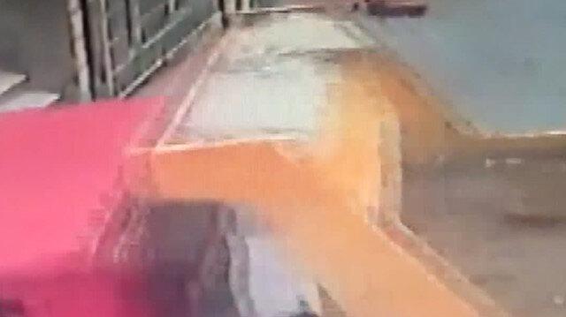 Beyoğlu'nda kamyon binaya girdi: Anne ve çocuğu ölümden döndü