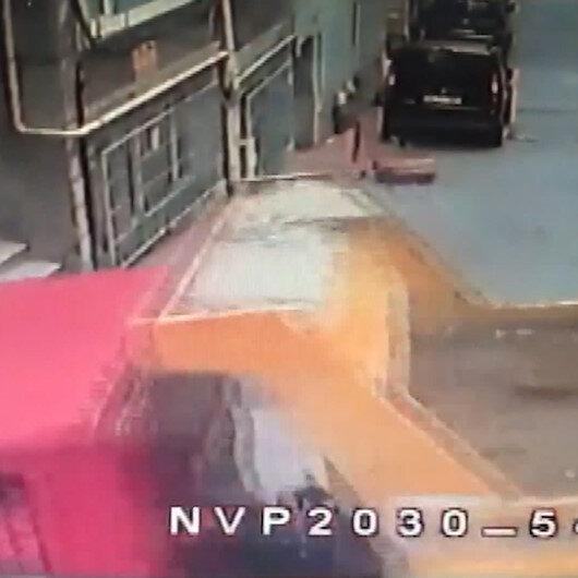 Beyoğlunda kamyon binaya girdi: Anne ve çocuğu ölümden döndü