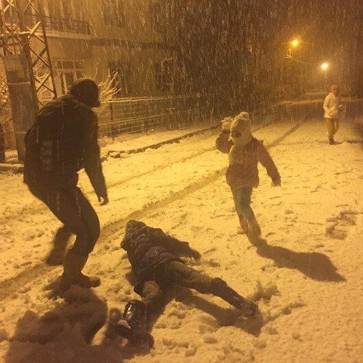Adanada kar yağışı: Yılın ilk karı çocukları sevindirdi