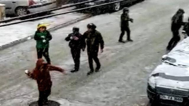 Esenyurt'ta kar yağışını gören çocuklar kısıtlamayı unutup sokağa çıktı